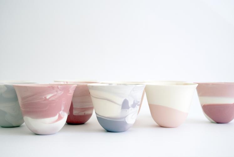 "「pinto」(中村)は、完全に混じり 合う前の色違いの泥しょうを用い、形は同じでも表情の異なる器を制作。 Nakamura's ""pinto"" uses unmixed slurry to give dishes different expressions."